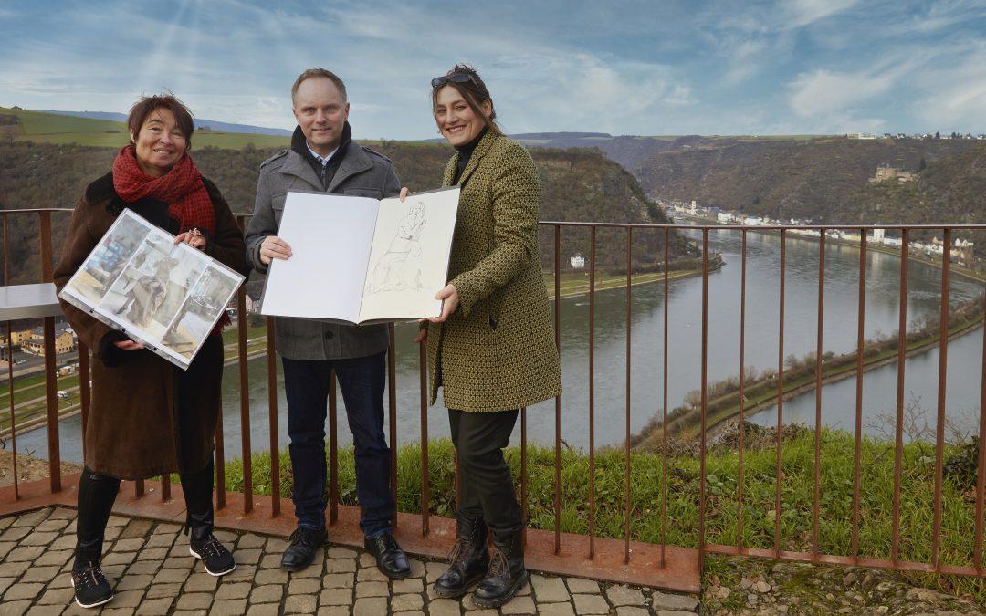 Gemeinsam mit den beiden Künstlerinnen Jutta Reiss (links) und Kirsten Herold (rechts) sprach Bürgermeisterkandidat Mike Weiland auf dem Loreley-Plateau über die mögliche weitere Vorgehensweise zur Schaffung einer neuen Loreley-Statue.